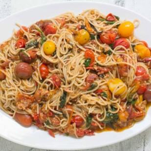 Bacon, lettuce & tomato pasta sauce with spaghetti