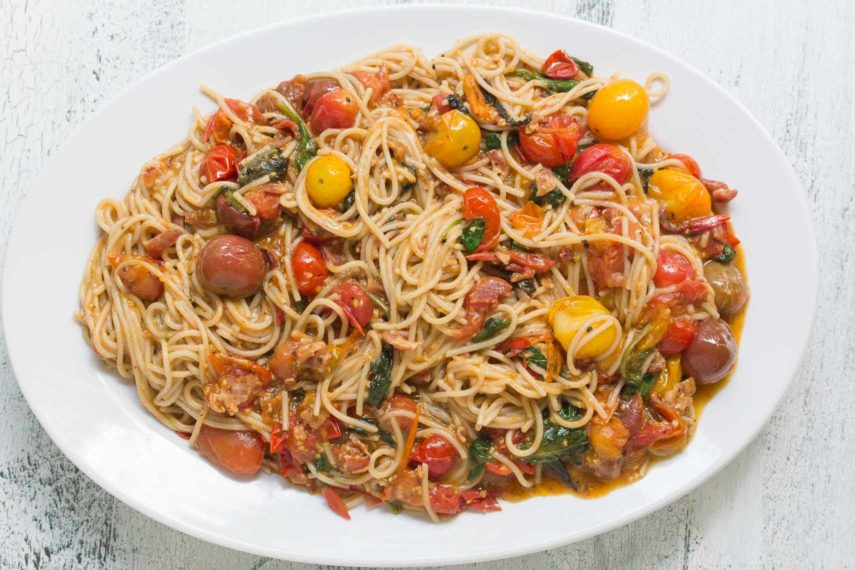 Bacon, lettuce & tomato (BLT) pasta sauce with spaghetti