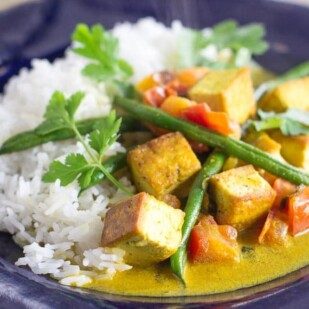 low FODMAP Thai curry tofu & green beans and rice on a blue plate