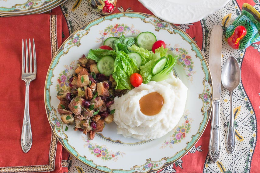 Low FODMAP vegetarian gravy with mashed potatoes, stuffing and salad