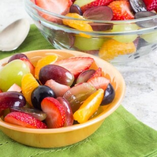 No FODMAP fruit salad in bowl on green napkin