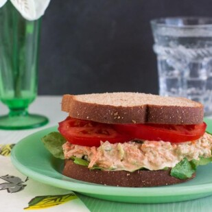 low FODMAP Cajun Tuna salad sandwich with lettuce and tomato on green plate