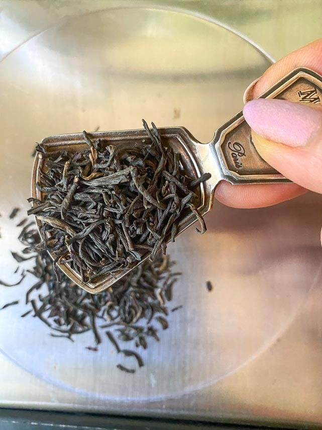 using a tea scoop to measure loose tea