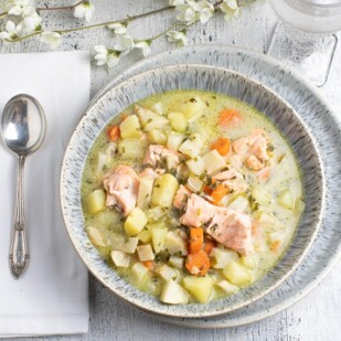 low-FODMAP-salmon-chowder-in-a-grey-ceramic-bowl_