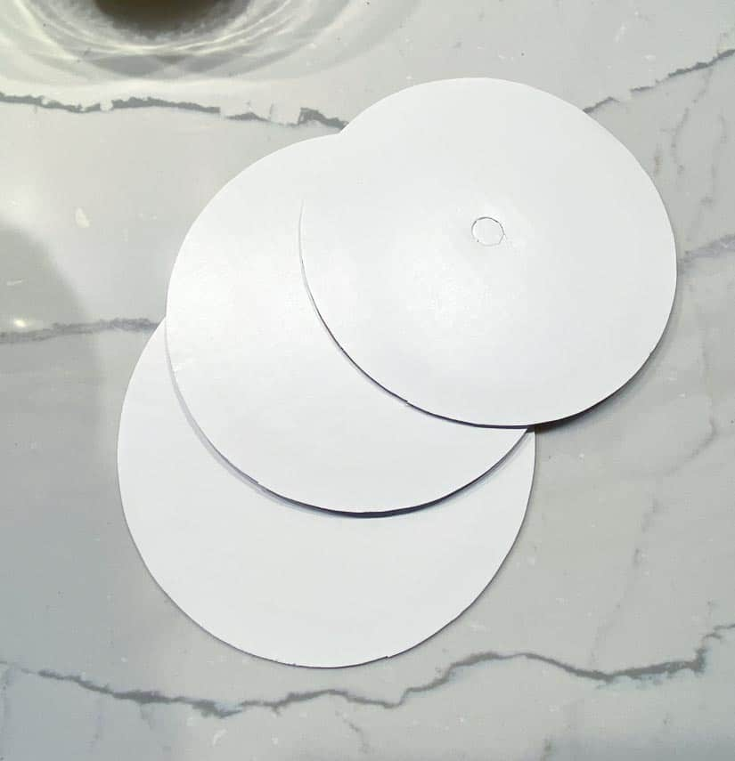 3-white-cardboard-rounds-for-cake-decorating-on-marble-table