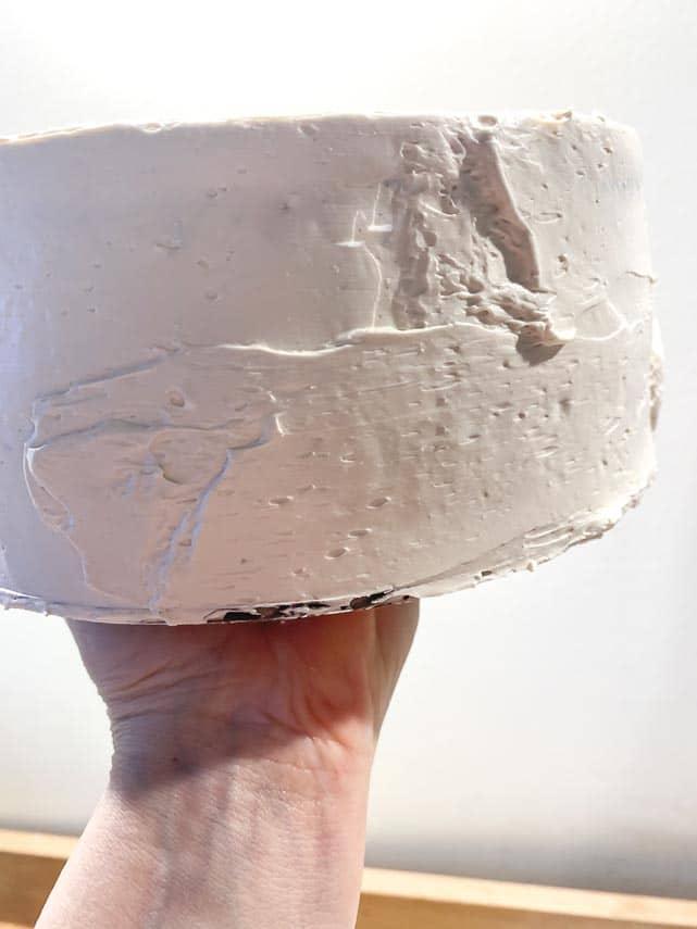 holding-cake-on-cardboard-round
