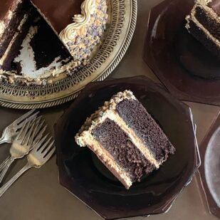 overhead-image-of-low-FODMAP-Mocha-Toffee-Crunch-Cake-whole-and-slices-with-silver-forks