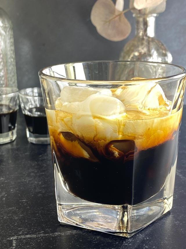 white-russian-using-low-FODMAP-coffee-liqueur-in-rocks-glass-on-dark-surface